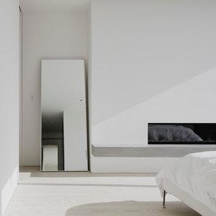 Пример оригинального дизайна: хозяйская спальня среднего размера в современном стиле с белыми стенами, светлым паркетным полом, горизонтальным камином и фасадом камина из штукатурки