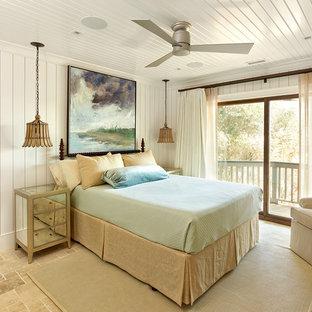 Imagen de dormitorio marinero, sin chimenea, con paredes blancas y suelo de travertino