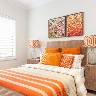Idéer för funkis sovrum, med vita väggar och heltäckningsmatta