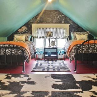 Cette photo montre une chambre parentale éclectique de taille moyenne avec un mur rose, un sol en bois brun, aucune cheminée et un sol rouge.