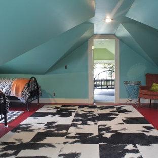 Immagine di una camera matrimoniale eclettica di medie dimensioni con pareti rosa, pavimento in legno massello medio e nessun camino