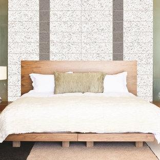 Foto de dormitorio tipo loft, moderno, grande, con paredes multicolor, moqueta y suelo multicolor