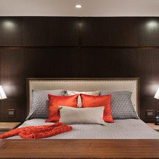 Foto de dormitorio principal, clásico renovado, extra grande, con paredes verdes y suelo de travertino