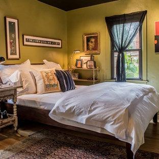 セントルイスのエクレクティックスタイルのおしゃれな寝室 (緑の壁、無垢フローリング、茶色い床、黒い天井) のインテリア