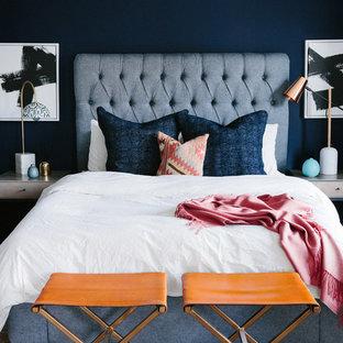 Modelo de dormitorio principal, clásico renovado, de tamaño medio, con paredes azules y suelo violeta