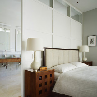 サンフランシスコの広いトラディショナルスタイルのおしゃれな主寝室 (グレーの壁、カーペット敷き、暖炉なし、グレーの床) のレイアウト
