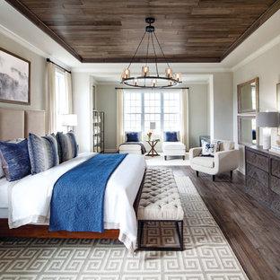 Неиссякаемый источник вдохновения для домашнего уюта: хозяйская спальня в стиле современная классика с бежевыми стенами и темным паркетным полом без камина
