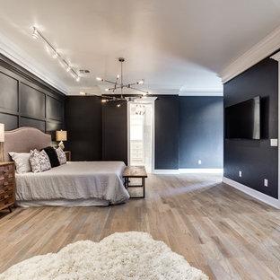 Idéer för att renovera ett mycket stort vintage huvudsovrum, med svarta väggar och mellanmörkt trägolv