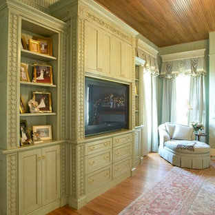 На фото: хозяйская спальня в викторианском стиле