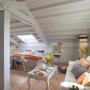Esempio di un'ampia camera degli ospiti shabby-chic style con pareti bianche, pavimento in legno massello medio e nessun camino