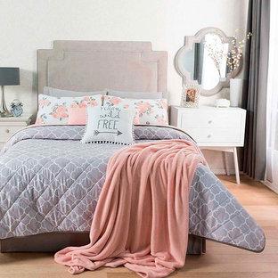 ヒューストンの小さいシャビーシック調のおしゃれな主寝室 (白い壁、ベージュの床) のインテリア
