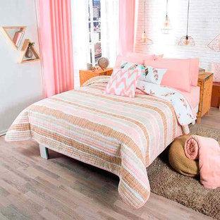 ヒューストンの小さいビーチスタイルのおしゃれな主寝室 (白い壁、ベージュの床) のレイアウト