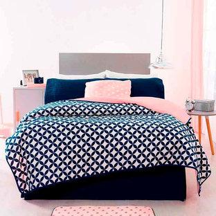 На фото: маленькая хозяйская спальня в стиле модернизм с белыми стенами и белым полом с
