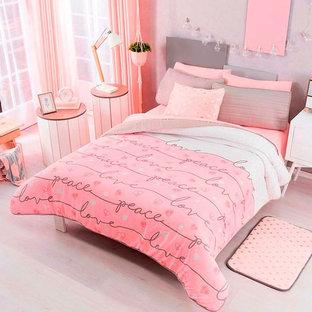 Aménagement d'une petit chambre parentale moderne avec un mur gris et un sol blanc.