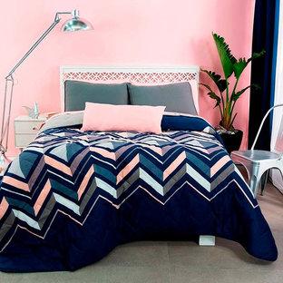 Imagen de dormitorio principal, minimalista, pequeño, con paredes rosas y suelo gris