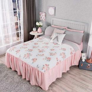 Ejemplo de dormitorio principal, pequeño, con paredes grises y suelo beige