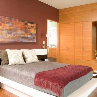 シアトルの中サイズのコンテンポラリースタイルのおしゃれな寝室 (無垢フローリング、茶色い床) のレイアウト