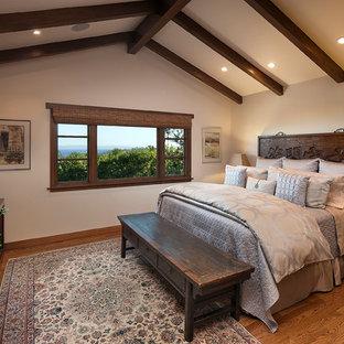 Идея дизайна: спальня в восточном стиле с бежевыми стенами и паркетным полом среднего тона