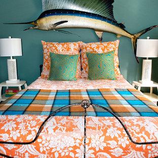 Imagen de habitación de invitados ecléctica, de tamaño medio, sin chimenea, con paredes azules