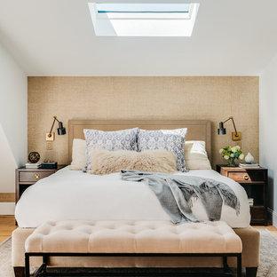 Пример оригинального дизайна: маленькая хозяйская спальня в стиле современная классика с белыми стенами, светлым паркетным полом и бежевым полом