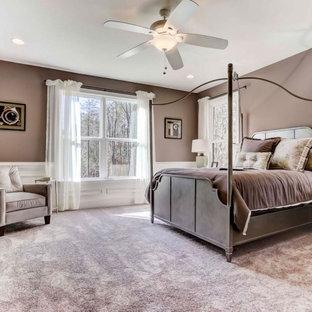 Modelo de dormitorio boiserie, grande, boiserie, con paredes beige, moqueta, suelo violeta y boiserie