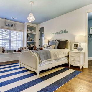 Großes Schlafzimmer mit beiger Wandfarbe, Teppichboden und lila Boden in Charlotte