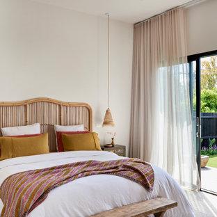 Foto di una camera matrimoniale design di medie dimensioni con pareti bianche, moquette, nessun camino e pavimento bianco