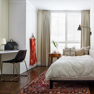 Modelo de habitación de invitados tradicional, pequeña, sin chimenea, con paredes beige y suelo de madera oscura