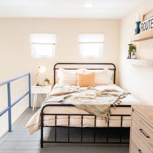 Ejemplo de dormitorio tipo loft, moderno, pequeño, con suelo de madera pintada y suelo azul
