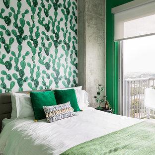Esempio di una camera da letto boho chic con pareti multicolore