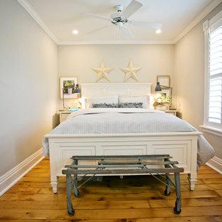 Immagine di una piccola camera degli ospiti design con pareti grigie, parquet chiaro e pavimento giallo