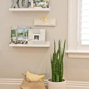 Immagine di una piccola camera degli ospiti minimal con pareti grigie, parquet chiaro e pavimento giallo