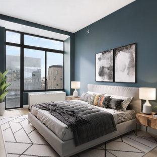 Пример оригинального дизайна: хозяйская спальня среднего размера в современном стиле с черными стенами, светлым паркетным полом и коричневым полом без камина