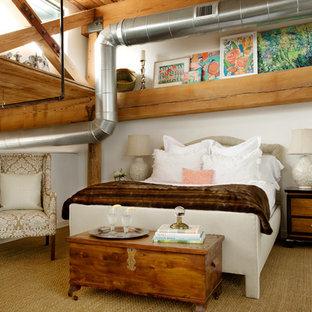 Ejemplo de dormitorio industrial con paredes blancas y moqueta