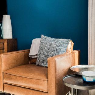 Стильный дизайн: хозяйская спальня среднего размера в стиле современная классика с синими стенами, ковровым покрытием и бежевым полом - последний тренд