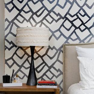 Diseño de dormitorio principal, contemporáneo, de tamaño medio, con paredes multicolor, suelo negro, chimenea tradicional y marco de chimenea de metal