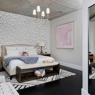 Свежая идея для дизайна: хозяйская спальня среднего размера в современном стиле с разноцветными стенами, стандартным камином, фасадом камина из металла и черным полом - отличное фото интерьера