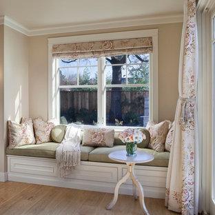 Foto de dormitorio principal, de estilo de casa de campo, de tamaño medio, con paredes beige, suelo de madera clara, chimenea tradicional, marco de chimenea de hormigón y suelo marrón