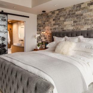 Immagine di una piccola camera matrimoniale industriale con pareti multicolore, pavimento in vinile e pavimento marrone