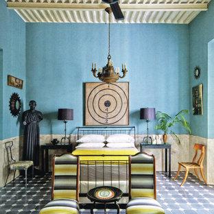 Ejemplo de dormitorio principal, bohemio, con paredes azules, suelo de baldosas de cerámica y suelo negro