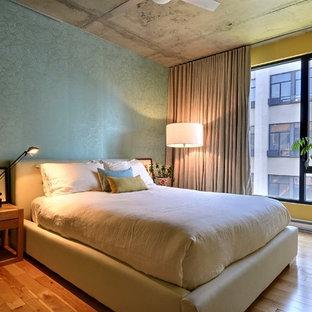 モントリオールのコンテンポラリースタイルのおしゃれな寝室 (黄色い壁、無垢フローリング) のレイアウト