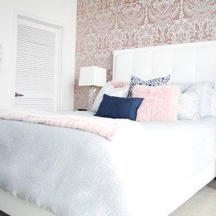 Diseño de dormitorio tipo loft, actual, pequeño, sin chimenea, con paredes rosas, moqueta y suelo beige