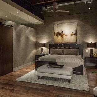 Idee per una camera da letto contemporanea con pavimento in legno massello medio e pareti grigie