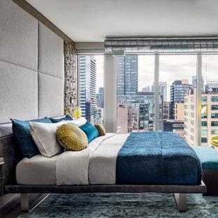 Diseño de dormitorio principal, contemporáneo, pequeño, con paredes grises, suelo de madera en tonos medios, marco de chimenea de baldosas y/o azulejos, chimenea tradicional y suelo marrón