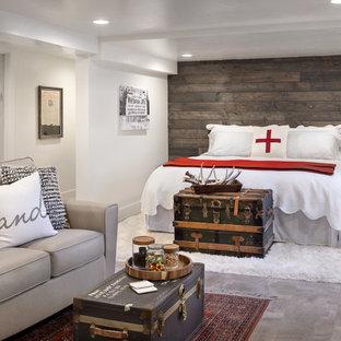 Idéer för att renovera ett lantligt gästrum, med vita väggar, mörkt trägolv, en dubbelsidig öppen spis och en spiselkrans i trä