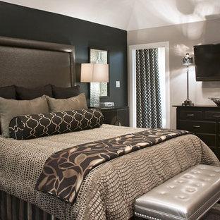 Foto di una camera degli ospiti classica di medie dimensioni con pareti nere, moquette e pavimento grigio