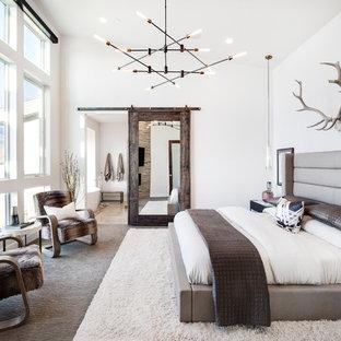 Стильный дизайн: хозяйская спальня в стиле рустика с белыми стенами и ковровым покрытием - последний тренд