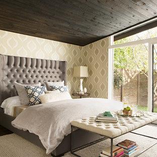Cette photo montre une chambre parentale chic de taille moyenne avec un mur beige, un sol en bois foncé et aucune cheminée.