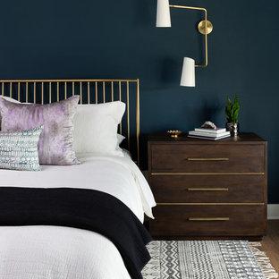 オースティンの中サイズのコンテンポラリースタイルのおしゃれな主寝室 (青い壁、濃色無垢フローリング、暖炉なし、茶色い床) のインテリア