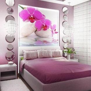 Modern inredning av ett sovrum, med heltäckningsmatta och lila väggar